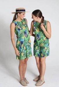 As meninas do nado sincronizado, Maria Eduarda Duda Miccuci e Luisa Borges, mostram detalhes do vestido (Foto COBDivulgação)