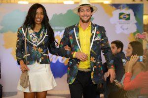 Rio de Janeiro - A atleta paralímpica Silvânia Costa e o embaixador do Comitê, Flávio Canto, apresentam os uniformes para as cerimônias de abertura e encerramento dos Jogos Paralímpicos Rio 2016 (Fernando Frazão/Agência Brasil)
