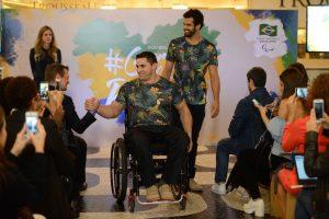 Rio de Janeiro - Os atletas paralímpicos Jovani Guissone e André Brasil apresentam os uniformes para as cerimônias de abertura e encerramento dos Jogos Paralímpicos Rio 2016 (Fernando Frazão/Agência Brasil)