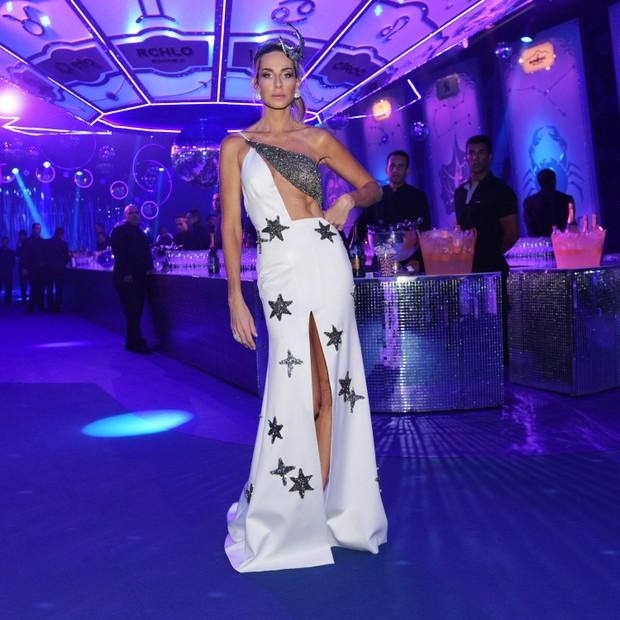 Mari Weickert vestido inspirado em estrelas e abd+¦men trincado