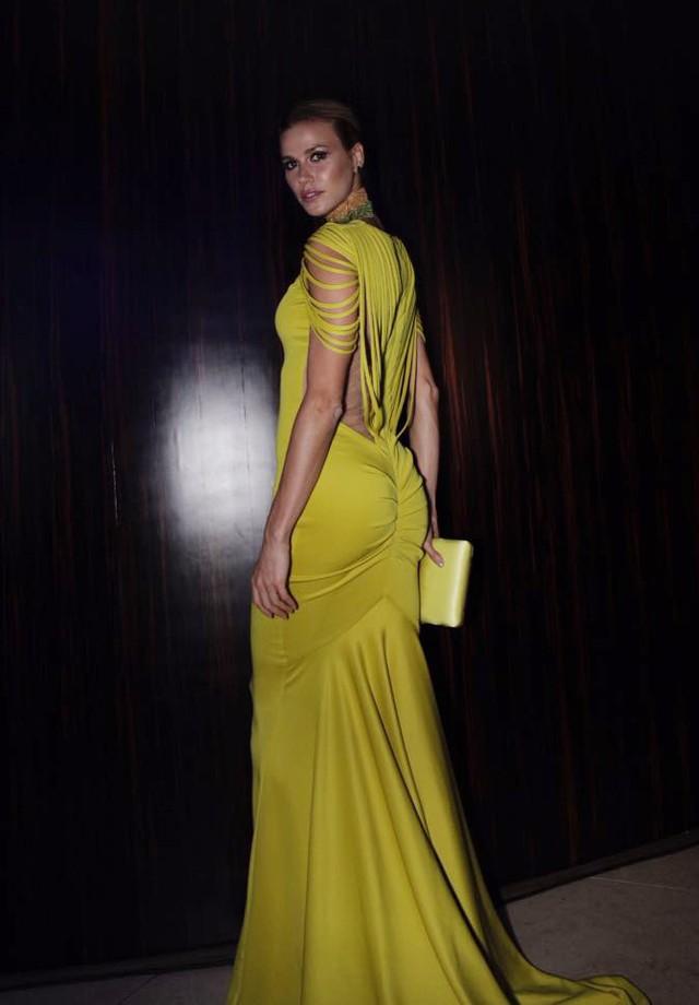 Renata Kuerten linda com vestido efeito no bumbum