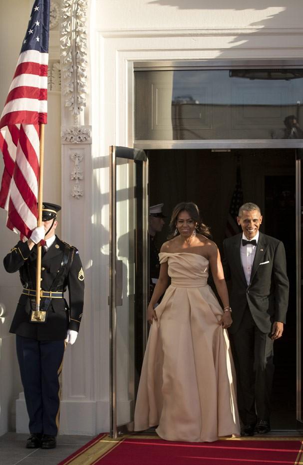 Em 2016, A primeira-dama veste longo cor nude de Naeem Khan (Foto: Getty Images)