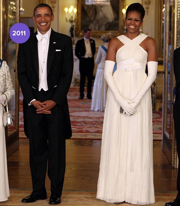 Em 2011: Michelle Obama usou Tom Ford, longo branco e luvas para evento com os Reis da Inglaterra(Foto: Getty Images)