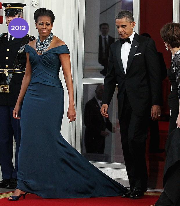 Em 2013: Michelle Obama usou longo com cauda de sereia e decote ombro a ombro (Foto: Getty Images)