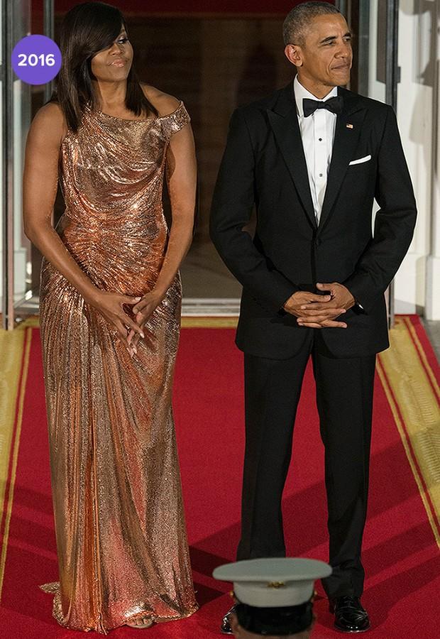 Em 2016: Michelle Obama apostou em longo dourado bem justo ao corpo, Versace. Foi um presente de Donatella e avaliado em U$12 mil (Foto: Getty Images)