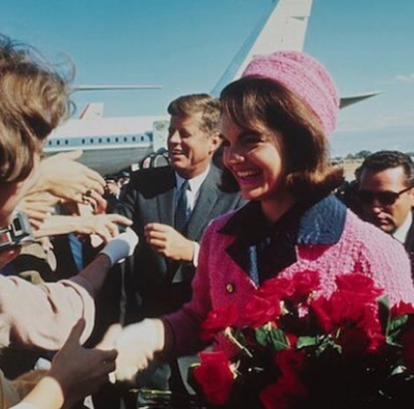 O look mais ic+¦nico o tailleur rosa no dia em que seu marido foi assassinado Chanel